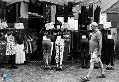 Non so quale titolo dare alla foto ^_^ (mrpistons (Giuliano)) Tags: mercato domodossola ossola italy bn bw bianco nero street black white