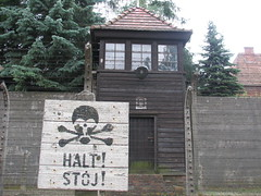 Auschwitz I (Stammlager) (60) (greger.ravik) Tags: polen polen2016 poland polska auschwitz stammlager owicim koncentrationslger war crime camp concentration ww2 holocaust genocide shoah elstngsel electrified barb wire taggtrd fence stngsel danger watchtower watch tower halt stoj lger history historia museum