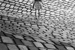 Walking the waves (Benedikt Filip) Tags: architektur monochrom textur abstrakt mannheim mdchen linien badenwrttemberg ausen geometrisch strasenfotografie tag muster ausschnitt einfarbig bewegung deutschland stein