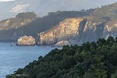 Atardece sobre un acantilado (ninestad) Tags: sol acantilado airelibre mar bosque rocas atardecer luz sombras paisaje marialucense mirador espaa nikon verano verdes