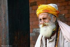 Rostros nepalíes 15 (alanchanflor) Tags: hindú nepal katmand retrato aire libre anciano amarillo barba canon