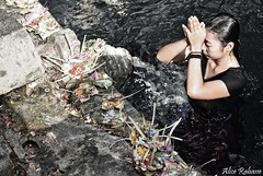 (Alice Rabasse) Tags: people bali water indonesia temple asia prayer offering