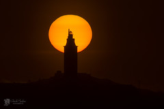 Puesta de sol tras la Torre de Hércules (Chencho Mendoza) Tags: españa sol atardecer explore galicia getty acoruña torredehércules faroromano chenchomendoza