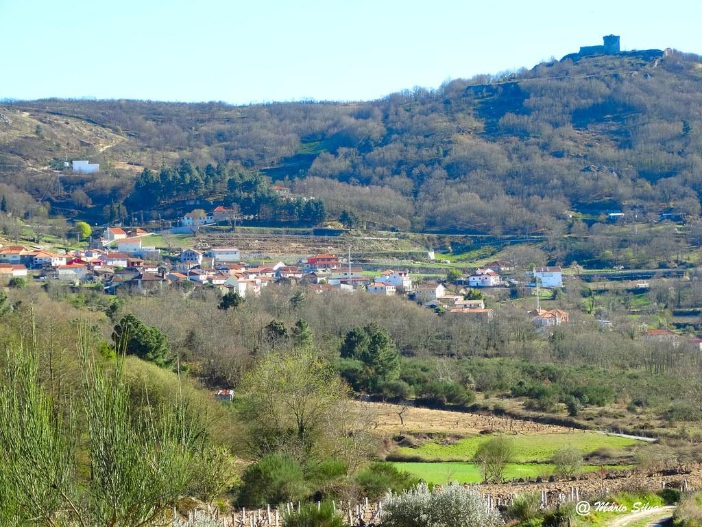 Águas Frias (Chaves) - vista da Aldeia e do seu Castelo altaneiro ...