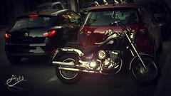 Moto (Abe Pea) Tags: motocicleta harley metal brillo flare ruedas manillar coches trafico aparcar parking
