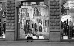 Milano (Valt3r Rav3ra - DEVOted!) Tags: nikonf90x nikon analogico film 35mm ilford ilfordhp5 bw biancoenero blackandwhite streetphotography street valt3r valterravera visioniurbane urbanvisions milano