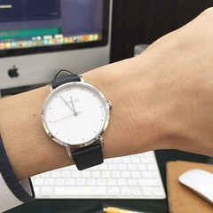 ช่วงนี้จนกรอบแกรบ นาฬิกาก็ซื้อเรือนละเก้าร้อยกว่าบาท มือถือก็ใช้ซัมซุงฮีโร่ ปล.แขนเล็กมากต้องซื้อนาฬิกาผู้หญิงมาใส่เลยทีเดียว #ผมเป็นคนไม่เที่ยง #พูดถึงนาฬิกานะ #watchbelow30$