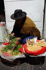das Dorf verkauft. (Hel*n) Tags: capital hauptstadt bolivia mais snacks cholita bolivien kamille sucre chuquisaca charcas