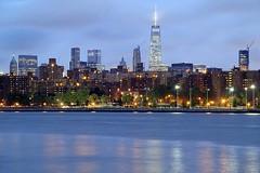 Grostadtidylle NYC (ploh1) Tags: newyork nyc manhattan bigapple wtc worlstradecenter blau beleuchtet langzeitbelichtung eastriver skyline wolkenkratzer fluss spiegelung usa lichter blauestunde bauwerk architektur huser metropole stadtansicht