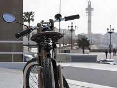 Classic cdiz (Juanito Ramrez) Tags: city espaa bike canon ciudad retro cdiz nico exclusivo eos50d efs1585mmf3556isusm bicicletamadera