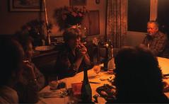 08 Foto 1984 b (Rüdiger Stehn) Tags: menschen kronshagen 1984 geburtstag minoltasrt100x dia deutschland germany norddeutschland mitteleuropa europa slide analogfilm scan schleswigholstein canoscan8800f 1980er portrait diapositivfilm analog kleinbild kbfilm 35mm indoor innenaufnahme rüdigerstehn innenansicht innenraum interior
