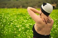 Gatita (_Leobservateur) Tags: naturaleza color colour girl tattoo photography nikon modelo campo poses tatuaje fotografía photograper fotográfo sesiónfotográfica