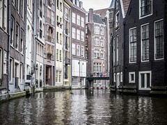 Amsterdam 2016: Around the corner (mdiepraam) Tags: amsterdam 2016 oudezijdsvoorburgwal canal houses architecture water faade