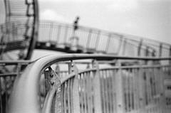 Schwung (chipsmitmayo) Tags: blackandwhite sculpture film stairs analog 50mm nikon kodak turtle tiger trix hill skulptur f100 150 treppe 400 rollercoaster nikkor f18 rodinal schwarzweiss duisburg landschaft metall ruhrgebiet kurve achterbahn selfdeveloped hgel adonal kleinbild selbstentwickelt tigerturtle