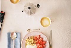 (andrajos) Tags: analog analogue analogcamera analogphotography film filmphotography filmcamera 35mm 35mmfilm 35mmphotography 35mmcamera breakfast foodporn food foodie coffee strawberry magazine moka