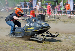 drag009 (minitmoog) Tags: dragrace grass dragracing sleds snowmobiles skoter veteran vintage lycksele