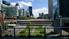 Paris contemporain. (Photographe Naf) Tags: europe france paris capitale ville urbain architecture tour sculpture fontaine esplanade ladfense quartierdesaffaires hautsdeseine 92