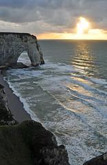 puesta de sol atlantica (ceszij) Tags: france francia normandie normandia etretat scogliere falesie acantilado gabbiano seagull oceanoatlantico atlanticocean rock