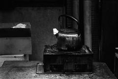 Watt's Experiment (Purple Field) Tags: street bw slr film monochrome japan analog 35mm canon walking 50mm alley fuji iso400 kettle 日本 neopan fukuoka f18 散歩 ftb fd 福岡 hakata 博多 presto 路地 モノクロ 白黒 yakan 富士 銀塩 ストリート キャノン フィルム アナログ 一眼レフ canoscan8800f ヤカン ネオパン stphotographia プレスト