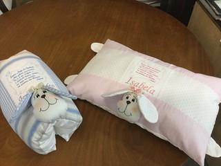 Travesseiro cachorro com bordado da oração do Anjo da Guarda e o nome da criança