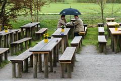 Hoffentlich regnet's nicht ins Bier (fotomanni.de) Tags: bayern franken regen biergarten mittelfranken regenschirm badwindsheim