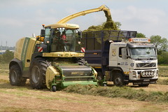 Krone Big X 770 SPFH filling a Volvo FM Tipper Truck with silage sides (Shane Casey CK25) Tags: krone big x 770 spfh filling volvo fm tipper truck silage sides self propelled forage harvester silage16 silage2016 grass grass16 grass2016 winter feed fodder county cork ireland irish farm farmer farming agri agriculture contractor field ground soil earth cows cattle work working horse power horsepower hp pull pulling cut cutting crop lifting machine machinery nikon d7100 traktori tracteur traktor trekker trator cignik
