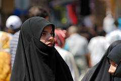 2006.08.09 13.23.24.jpg (Valentino Zangara) Tags: flickr istanbul niqab people sultanahmet turkey