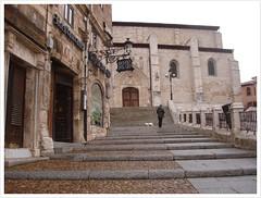 Escaleras y el Mesn del Cid. (margabel2010) Tags: personas ventanas perros animales burgos escaleras cid piedra puertas mesones barandillas
