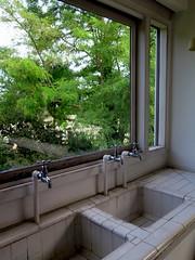 The kitchen in Villa Savoye in Poissy by Le Corbusier (Sokleine) Tags: villasavoye lecorbusier jeanneret architecture modernism poissy 78 yvelines iledefrance france mn unesco viers sinks kitchen tiles carrelages robinets