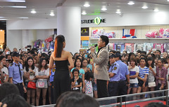 Meeting the fans (Roving I) Tags: popstars securityguards singers crowds fans fashion entertainment events indochina malls music nightlife shoppingcentres danang vietnam comperes uniforms shops stores retail studioone