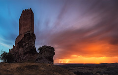 Rays in Zafra (el_farero) Tags: zafra castle castillo rays light clouds colours farero thunder canon 1dx longexposure bluehour sky landscape juegodetronos yellow spain guadalajara