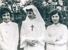 1959 (Kay Harpa) Tags: lescommuniantes catholiques chrétiens premièrecommunion communionsolennelle photofamily france thebiggestgroup kayharpa françoisemarque eglisesaintmartin biarritz nicoleolhandéguy