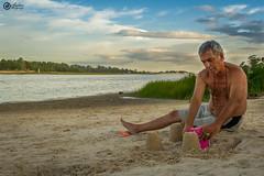 El nio que llevamos dentro (Andrs Melgarejo) Tags: parque summer beach del uruguay playa arena plata verano nio abuelo castillos