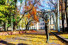 girl in the wind (Andrii Apostoliuk) Tags: autumn summer sculpture sun cold girl golden wind indian herbst blow belarus sonne indien minsk lete vento   parasole regenschirm  lany       fat   parapioggia