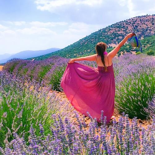 Lavanta Kokulu Köy Kuyucak . Lavanta üreticisi kadınların @gelecekturizmde kapsamında desteklendiği Kuyucak Köyü'ndeyim.  . 👉@lavantakokulukoy  . Hasat öncesi ziyaret etmek için son 1 hafa! . #yoldaolmak #homeof #kuyucak #keçiborlu #ısparta #a