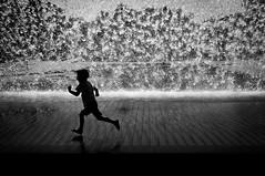 Corre!!! (Javi Calvo) Tags: agua blancoynegro expo98 javicalvo lisboa cursofotografia fotografiadecalle fotografiaurbana streetphotography