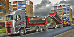 Asphalt Workers (Arto Katajamaa) Tags: asphaltworkers newasphalt karlstorpsvägen trollhättan volvofh500 volvo volvotruck gvw asfalterare catap655f höghus samsunggalaxys7 peabjob peab