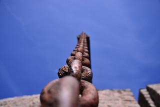ciel bleu et chaîne rouillé