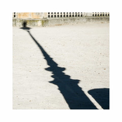Un peu juste (hlne chantemerle) Tags: morning light shadow summer sun paris sol garden soleil lamppost tuileries extrieur paysages ombres urbain mobilierurbain photosderue formatcarr parcsetjardins