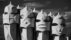 esercito di comignoli 4 (kingeston) Tags: kingeston barcelona barcellona spagna spain espana architettura architecture gaud comignoli bn bw bianco nero black white blanc noir esercito statue statua