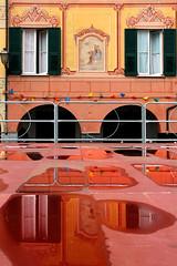 Il palco (meghimeg) Tags: 2016 lavagna palco riflesso reflection spiegelungen rosso red encarnado facciata facade casa house building finestre windows