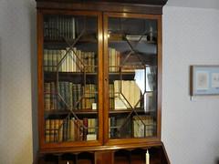 Jane Austen's House (Chimista) Tags: panasonic lumix panasonictz80 chawton hampshire inglaterra rutasliterarias janeausten janeaustenshouse libros estantera biblioteca dmctz80