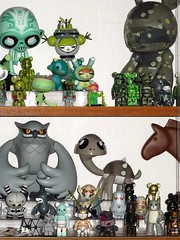 Display toys vert et gris. Aout 2016. (AGUILA81) Tags: toys arttoy jouet figurine artoyz medicom qee bearbrick berbrick collection collectible color couleur kozik touma juliewest starwars gamerita ledbetter bape green