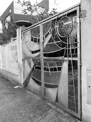 Arte en puerta [Explored] (Letua) Tags: puerta arte metal bn bw gris grey door handmade urbana 7dwf crazytuesdaytheme