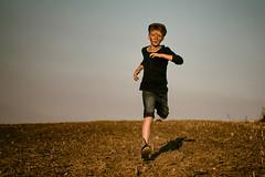 Escape (fehlfarben_bine) Tags: boy running field action expression shadow sunlight portrait nikond800 240700mmf28 fac