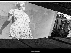 dal ponte (magicoda) Tags: italia italy magicoda foto fotografia venezia venice veneto biancoenero blackandwhite bw bn persone people blackwhitephotos maggidavide davidemaggi voyeur white curioso see vedere candid upskirt streetphotografy street turiste turista tourist turisti turists donna woman vpl seethru perizoma thong panty nero black piedi feet barefoot sandal water sea controluce backlight sole sun gonna vento wind skirt hair 2016 wife miniskirt ponte bridge gambe legs petticoat slip fuji fujifilm x100 x100t accademia