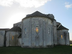 Prieuré (XIe-XIIe-XIIIe-XVIIe) de Trizay (17) (Yvette G.) Tags: architecture 17 église abbaye saintonge prieuré charentemaritime poitoucharentes artroman trizay
