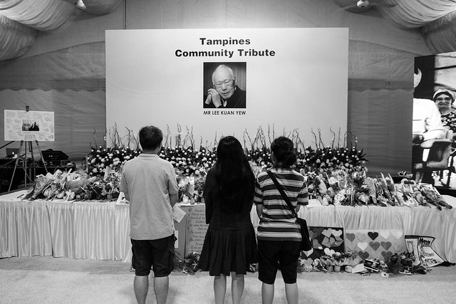 A family pays respect to Mr. Lee Kuan Yew.