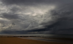 Ca va tomber ! (PatGentil) Tags: cabourg normandie ciel nuages mer sable paysage ngc