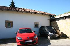 Renault y Mercedes (Jusotil_1943) Tags: domingo rejas ventanas blackcars redcars coches autos tejado